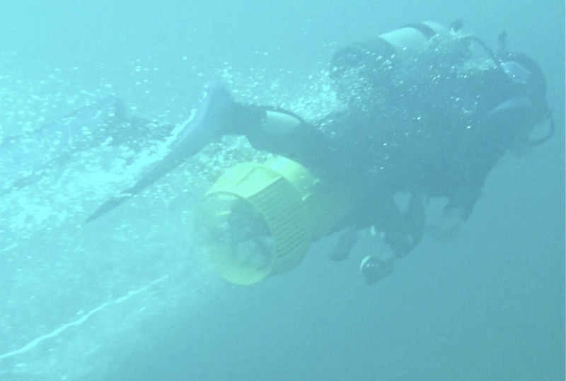 挟むタイプの 水中スクーター ...